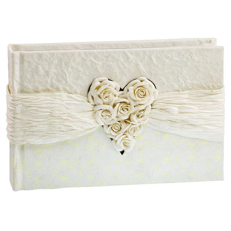 """Ganz in Weiß und mit einem Blumenstrauß: Das Hochzeitsfotoalbum """"Herz aus Rosen"""" ist so elegant wie ergreifend Ton in Ton gearbeitet. Der strukturierte Einband mit einer Papierbordüre und einem weißen Herz aus Rosen wird sicher zu einem wunderbaren Erinnerungsstück. Ein richtig schönes Geschenk zur Hochzeit!"""