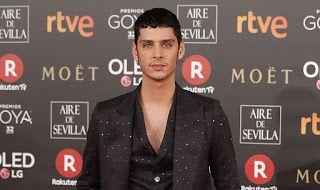 Buenos Gays Aires: Eduardo Casanova olvida la camisa para lucir un lo...