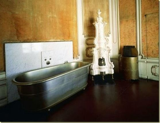 """Baño De Color Rojo Sobre Castano Oscuro:Baño de Sissí en Hofburg """"La cabellera, de color rubio oscuro"""