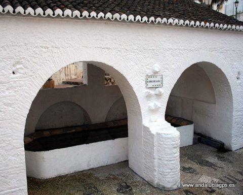 """#Málaga - #Monda - Lavadero de La Jaula - 36º 37' 46"""" -4º 49' 50"""" / Las fuentes públicas ubicadas en el casco urbano son las siguientes: la Meamea, la Esquina, Jaula, la Villa. En la fotografía la FUENTE """"LA JAULA"""": Su verdadero nombre es JAURA, vocablo árabe que significa """"hondura"""", ubicado en lo más profundo de la Villa. Es la más caudalosa, vierte sobre un pilar de mármol rectangular de mucha capacidad que sirve también de abrevadero para el ganado."""
