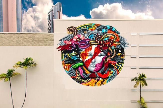 Street art meets fashion: El graffitero Tristan Eaton recrea el logo de la medusa de Versace en un mural