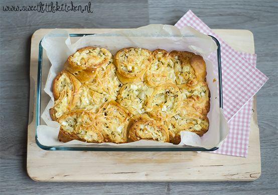 Zin in een lekkere hartige snack met niet teveel ingrediënten en die snel op tafel staat? Maak dan deze snelle kaas-ui rolletjes Super lekker en heel erg simpel te bereiden!