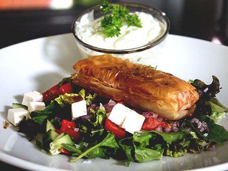 Vårrullar fyllda med köttfärs och grönsaker. Serveras med tsatsiki och en fräsch sallad.