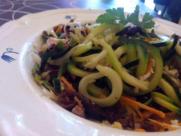 ¡Deliciosos espagueti de calabacin con alga cochayuyo!. Los espaguetis vegetales están a la orden del día, prueba esta receta en que aparecen combinados con alga cochayuyo. Es fácil, rápida y sabrosa. En la receta aparecen las propiedades de esta alga chilena de sabor suave, y algo carnosa. A algunas personas les recuerda al de las setas. ¡Qué aproveche! #algacochayuyo   #espaguetidecalabacin   #coachparaadelgazar   #adelgazardisfrutando