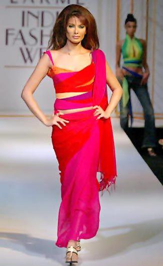 Intialaiset mallit näyttävät suunnittelija Tarun Tahilianin asut