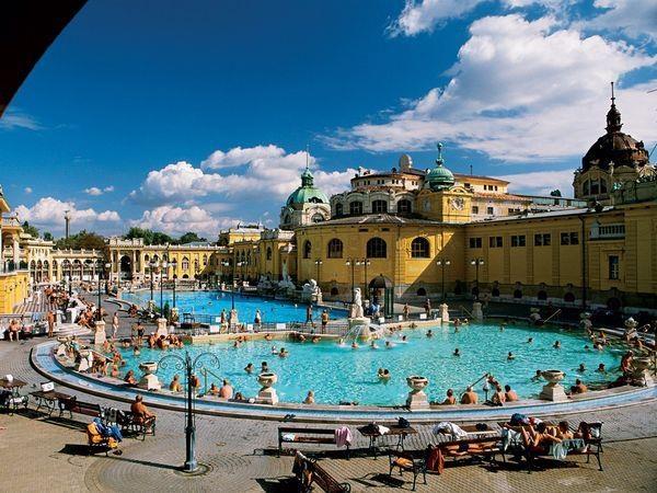 Een van de meest stijlvolle thermaalbaden van de wereld; Szechényi Fürdö in Boedapest, Hongarije. Lees meer op http://www.boedapest-hongarije.nl/thermaalbad-szechenyi/