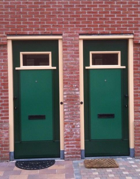 Dudok deuren, in een in originele stijl herbouwde wijk in Hilversum.