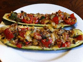 Courgettebootjes gevuld met groenten en kruiden