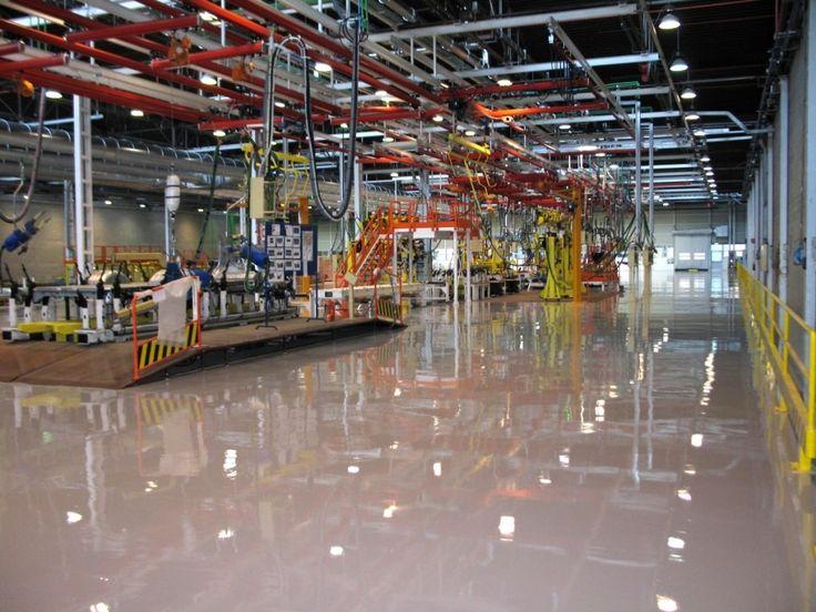 Stesura in resina ultimata per l'area di lavoro di un complesso industriale