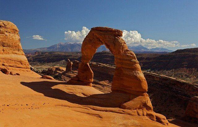 """Парк Арки, Юта, США  Национальный парк Арки на востоке штата Юта известен как красно-оранжевый песчаник, чем и чрезвычайно привлекателен. Формы создавались очень медленно в течение долгих столетий. Самая известная особенность в Национальном парке – это """"Деликатная Арка""""."""