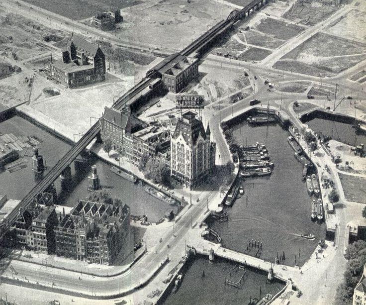 Luchtfoto van de Oude Haven met het Witte Huis. Na het Bombardement.