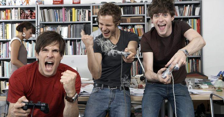 Cómo activar el volumen de juego y bajar el volumen de música en una Xbox 360. La Xbox 360 es una consola de juegos versátil que te permite disfrutar de una amplia gama de medios de comunicación fuera de los videojuegos. La reproducción de videos y música sólo requiere la inserción de un CD o DVD en la bandeja del disco de la Xbox 360 o conectar un dispositivo USB a uno de los puertos USB de la consola. Si estás jugando un ...