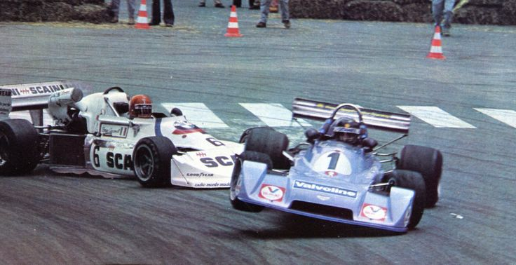 Bruno Giaccomelli sends Jacques Laffite's Chevron into the hay balls : (3) Bruno Giacomelli - March 772P BMW/Rosche - March Racing Ltd - (1) Jacques Laffite - Chevron B40 Hart - Fred Opert Racing - XXXVII Grand Prix Automobile de Pau - 1977 European F2 Championship, Round 6 - sport-auto juillet 1977 - Frenchcurious