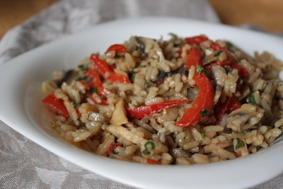 Жареный рис с овощами ...фото..Ингредиенты:    2,5 чашки (по 250 мл) предварительно сваренного и охлажденного длинного риса  1 красный сладкий перец  100 г шампиньонов  1 маленький перчик чили  небольшая красная луковица  3 зубчика чеснока  большая горсть листьев базилика  3 ст.л. соевого соуса (если есть - 1 ст.л. рыбного соуса и 2 ст.л. соевого)