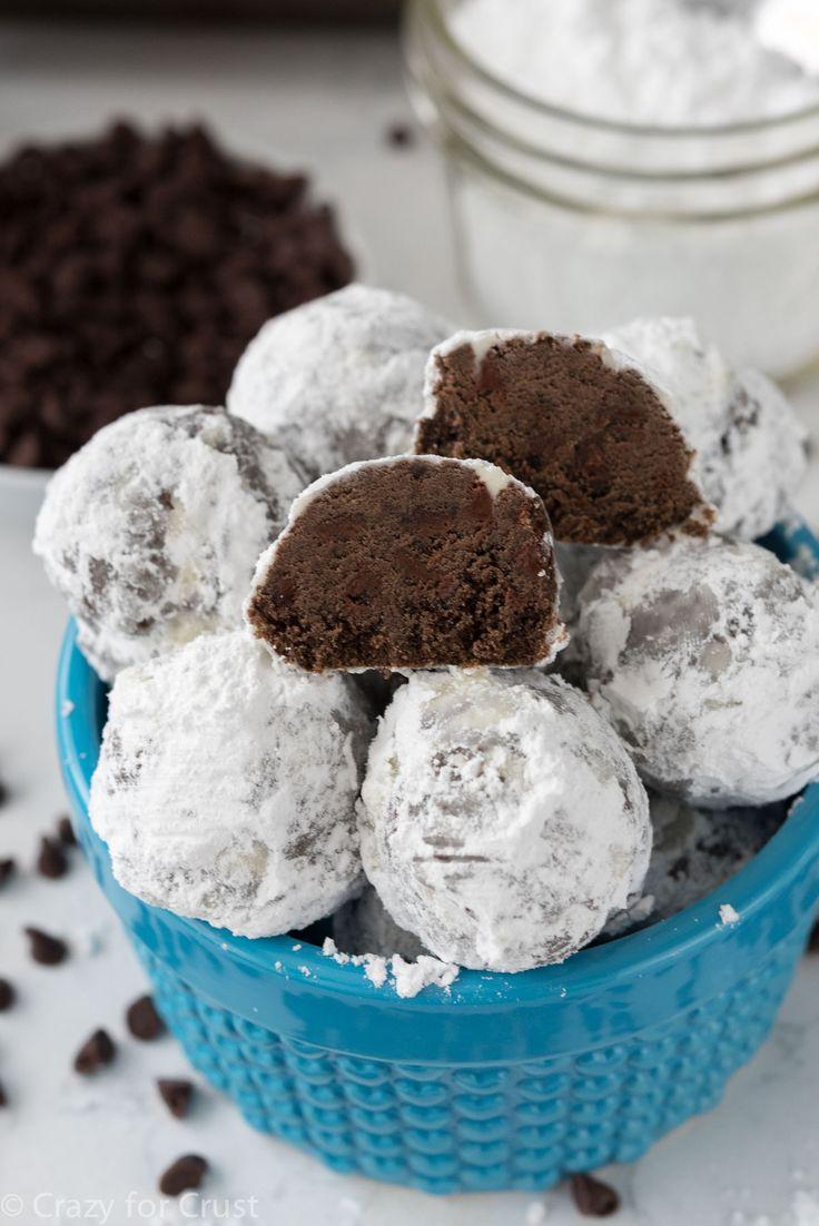 Jednoduché cukroví, které čokoládou opravdu nešetří. Kuličky můžete nechat jen tak , nebo obalit v moučkovém cukru. Výsledný vzhled bude nápadně připomínat sněhové koule. Ingredience 1 hrnek změklého másla 1/2 hrnku moučkového cukru 1/4 hrnku holandského kakaa 1 lžička vanilkového extraktu 2 1/4 hrnku hladké mouky 1/2 lžičky soli 3/4 hrnku čokoládových kousků moučkový cukr ...