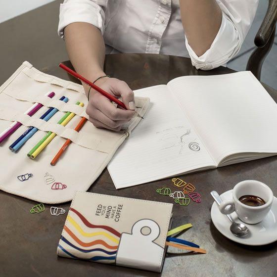 Kit con astuccio in canvas con matite colorate + quaderno per appunti rivestito in tessuto canvas, tutto per Illy Caffè-Expo 2015