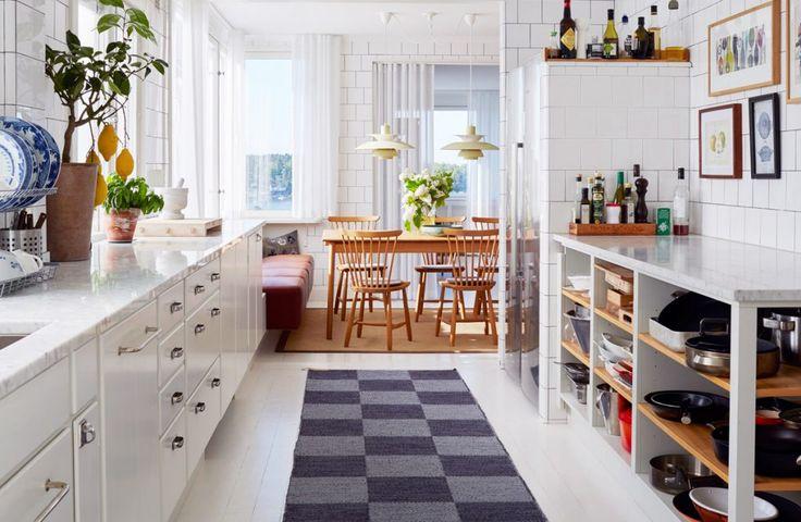 Köksinspiration – stilrent funkiskök med helkaklade väggar