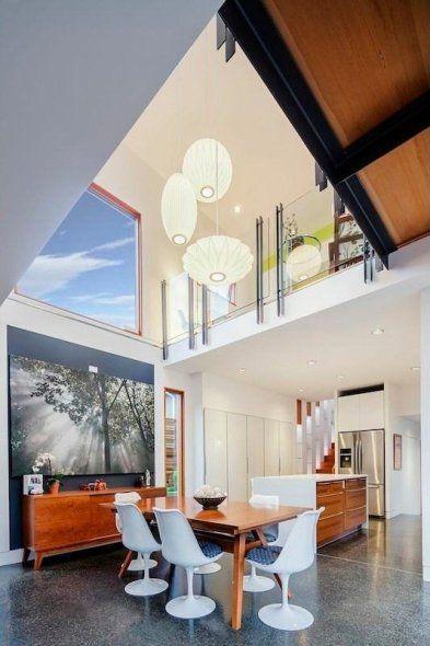 La Casa Doble Altura es una reinterpretación elegante y eficiente del plan de sitio suburbano típico.