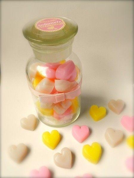 Pote com Corações Muito amor e delicadeza. É o que contém nesse lindo pote de vidro. Com sabonetes em formato de coração essa delicadeza é uma ótima opção para a decoração do seu lavabo. A combinação perfeita entre as essências de melissa, flor de cerejeira e leite de cabra. Sabonetes glicerinados com essência hipoalergênica e extrato natural de maracujá. Composição: Lauril, pigmento, base glicerinada. Produto feito artesanalmente com matéria exclusiva Peter Paiva.