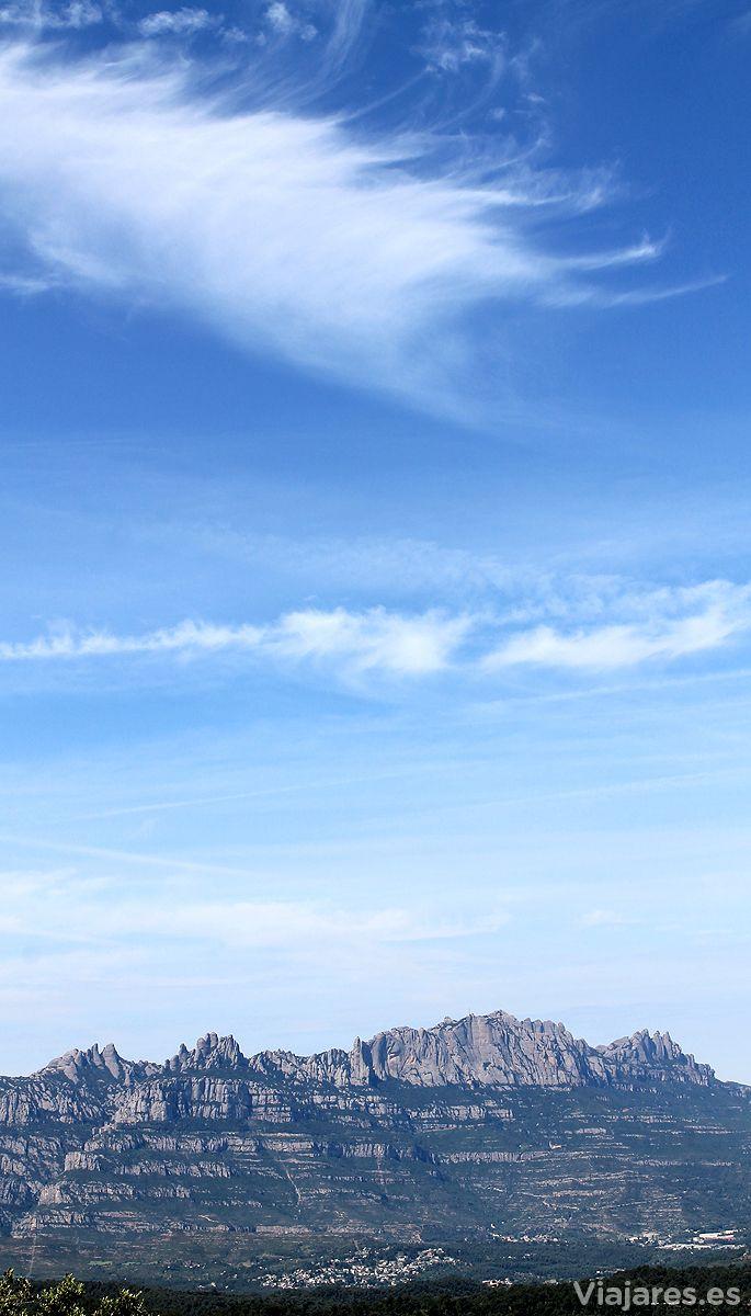 La montaña más venerada en Cataluña es Montserrat, a unos 30 km de la capital Barcelona. Un macizo enorme y precioso en el que se encuentra el Monasterio de Montserrat con la virgen patrona de todos los catalanes. Una buena parte de la montaña está protegida como parque natural pùes también destaca su riqueza natural.  #Montserrat #Cataluña #CostaBarcelona #Catalunyaexperiene #mountain #landscapes #catalonia #montaña #paisaje