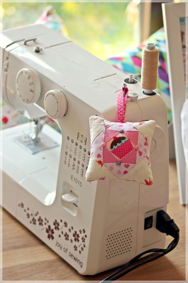 Small pillow for needles - must have in your sewing lab!  Niezastąpiona w Twojej pracowni!  http://craftoholicshop.com/pl/c/Tkaniny/32