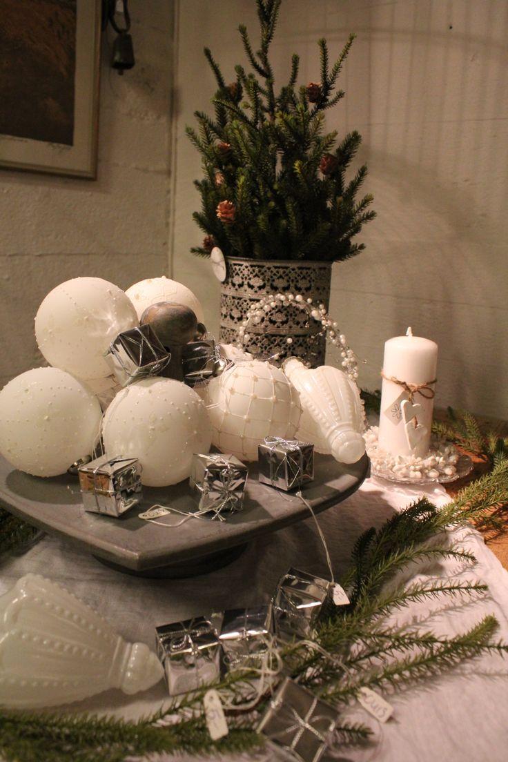 Julgranskulor och mycket julgrönt att dekorera med hittar du hos Gammalt & Nytt