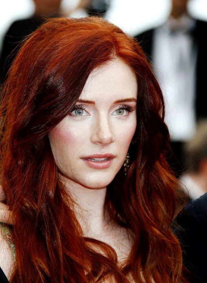 Рыжеволосые девушки- это отдельный цветотип, который нуждается в особенном макияже. Макияж для рыжих волос не терпит излишеств. Подробнее - в нашей статье.