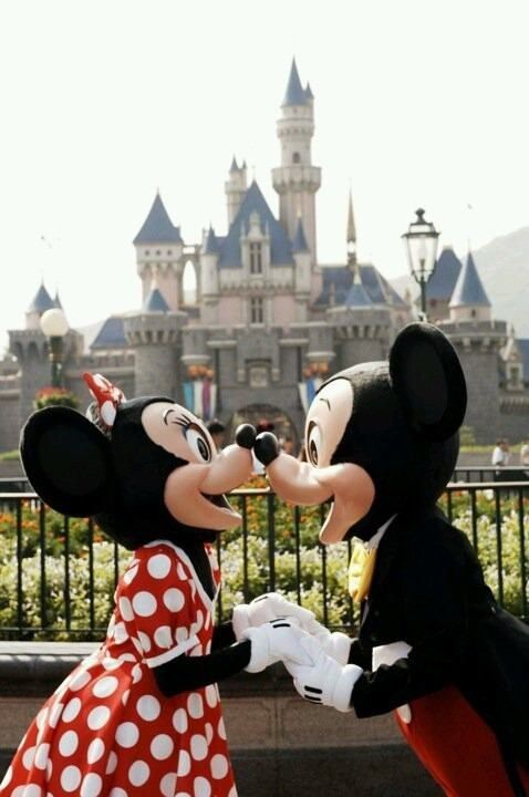 kissing Mickey and Minnie mouse