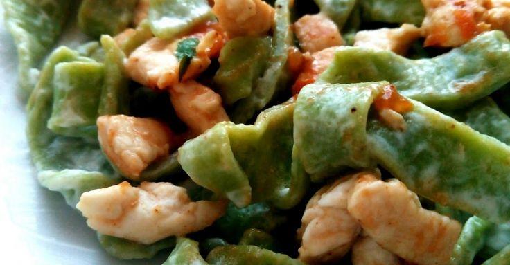 Recept na Domácí špenátové těstoviny s kuřecím masem a lučinou z kategorie snadno a rychle, fitness, pro začátečníky: Těstoviny, 100 gramů špa...
