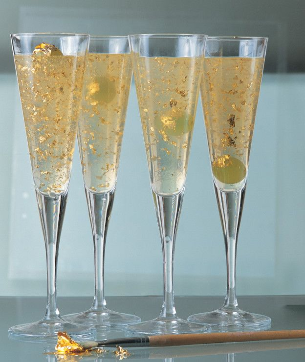 1 μπουκάλι λευκό γλυκό κρασί ή Vinsanto 20 γρ. ζελατίνα σε φύλλα (4 φύλλα των 5 γρ. ή 8 των 2,5 γρ.) μερικές ρόγες από λευκό σταφύλι ξύσμα από ένα λεμόνι 2 φύλλα χρυσού (σε μαγαζιά με είδη ζωγραφικής – ζητάμε βρώσιμο χρυσό)