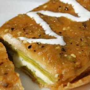 Nopal relleno de pollo en salsa de chile pasilla