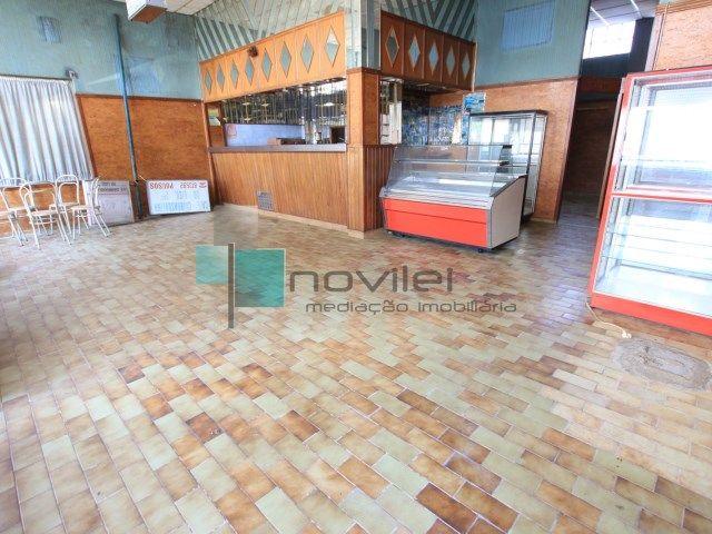 Loja com 90m2 onde funcionou um, café snack-bar, fica junto à igreja dos Pousos.  #loja #cafe #arrendamento #alugar #arrendar #novilei #imoveis #imobiliaria #leiria #pousos