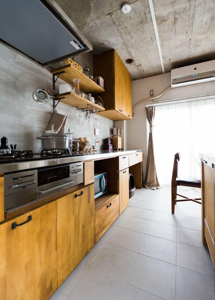 猫ちゃんと暮らす30代のご夫婦が、3LDKの中古マンションをリノベーション。使い込まれた木材の風合いを活かした、使い勝手の良いフルオーダーのキッチンがポイントです。