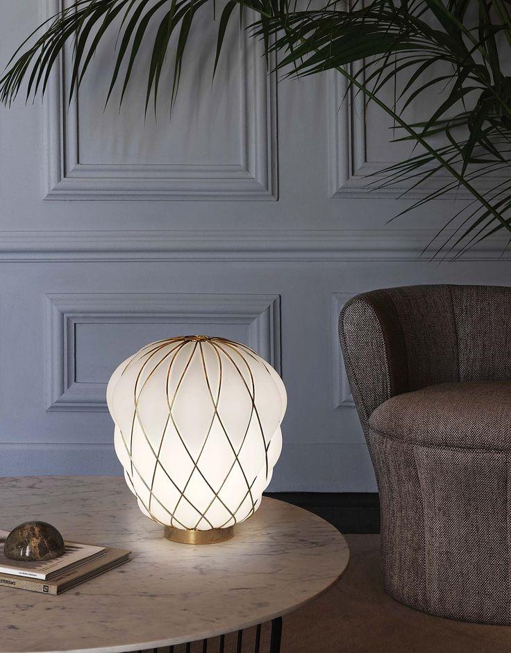 Obra de Paola Navone, la lámpara 'Pinecone' de vidrio soplado tiene una jaula dorada. Parte de nuestra selección de productos del Salón de Milán 2017.
