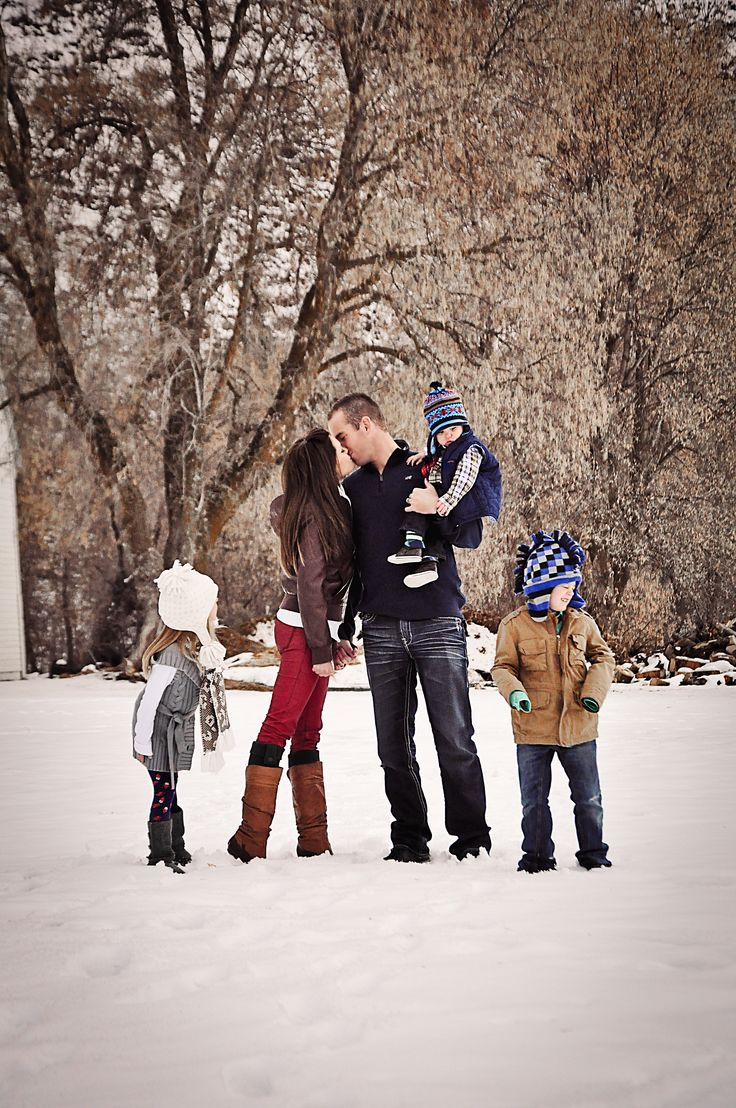 Family Photography Family of 5 Winter Pictures Holiday Cards Snow Aneilse Photography  www.anelisephotography.com