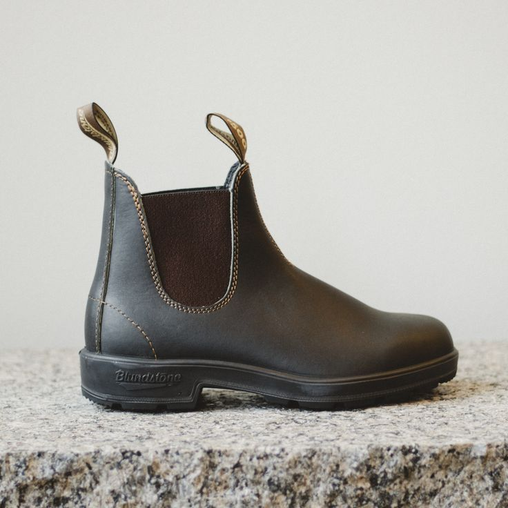 Blundstone #500 - Stout Brown The Blundstone in stout brown features premium leather and a contrasting side elastic. Designed for stability and comfort, the fully removable shaped comfort footbed prov