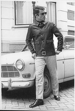 De Amsterdamse couturier Dick Holthaus lanceerde in september 1960 zijn nieuwe najaars- en wintermode voor mannen. Op de foto een model in een trijpen broek en een zwart jack van nappaleer, met zilveren knopen en een heupceintuur.