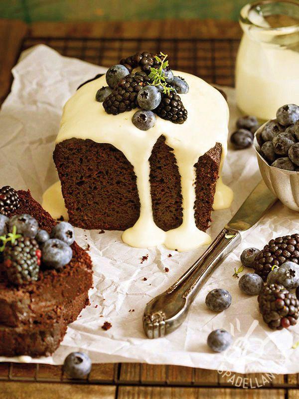 Plum chocolate with berries and yogurt - Il Plumcake al cioccolato con frutti di bosco e yogurt è un dolce gustosissimo che unisce alla pura golosità una presentazione davvero scenografica! #plumcakealcioccolato #plumcakealloyogurt #plumcakefruttidibosco