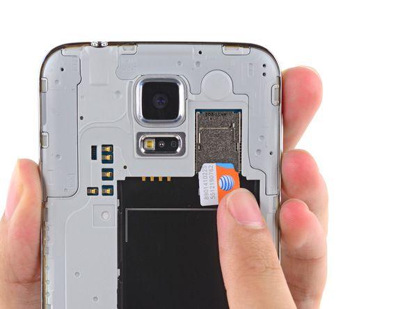 6. Ta SIM-kortet ut på samme måte som du tok microSD-kortet ut i forrige trinn.