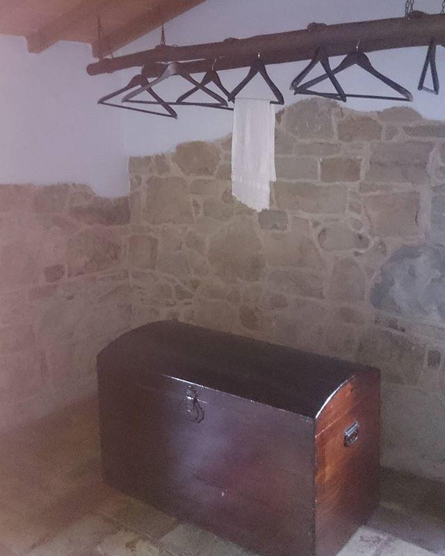 I tradizionali armadi della nonna e la vecchia scala usata come armadio  Old things , original wardrobes!