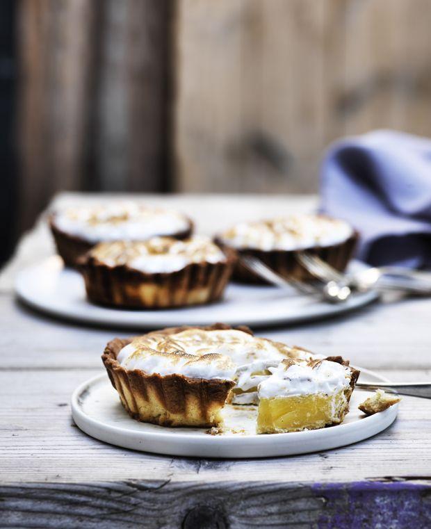 Lav søde franske fristelser i form af fin citrontærte som afslutning på middagen eller som smukt indslag på kagebordet. (Recipe in Danish)