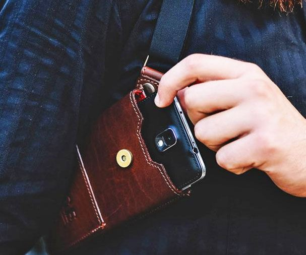 Discreetly carry your smartphone like a private investigator/undercover detective would his firearm using this masculine smartphone holster. It comfortably wraps around your torso so that your phone remains protected while leaving your pockets clutter free.