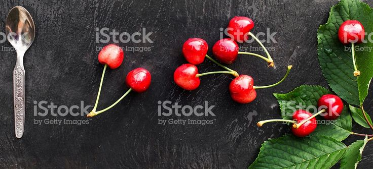 fresh cherries over slate with vintage spoon foto stock royalty-free