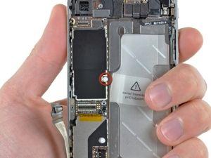 Stap 16. Verwijder de kleine ronde witte sticker (garantie sticker en water indicator) die voor de schroef zit naast het lipje van de accu.