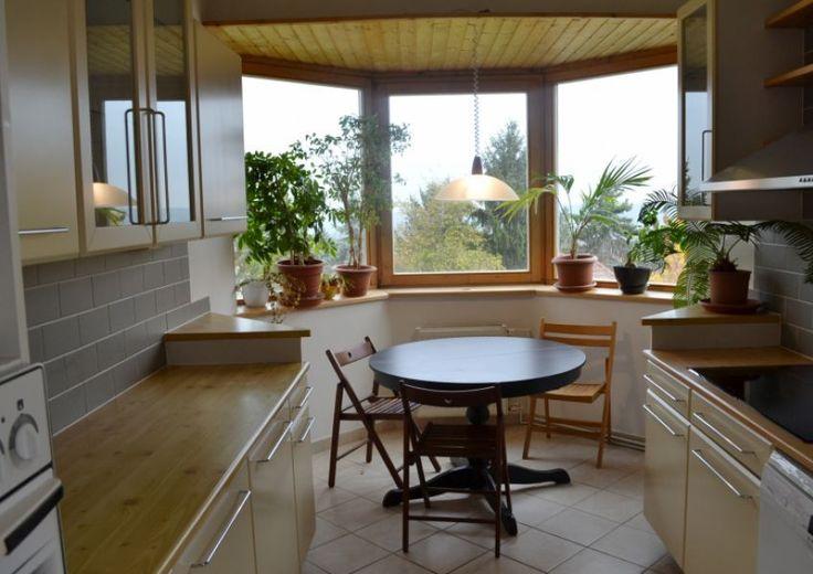 A főváros határán családi ház parkosított kerttel és panorámás terasszal és kültéri medencével Családi ház eladó 430 m² - HomeHunters - Ingatlanok Nice family home with bright kitchen for sale.