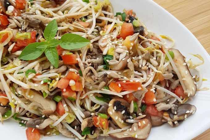 Prato oriental: salada quente de broto de feijão com cogumelos