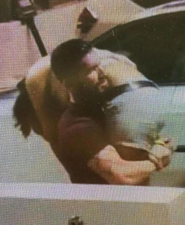 Las cámaras de seguridad delBottled Blonde,  un club nocturno deScottsdale,  Arizona, registraron en la noche del 17 de septiembre como un hombre barbado acarreaba a una mujer,  en apariencia