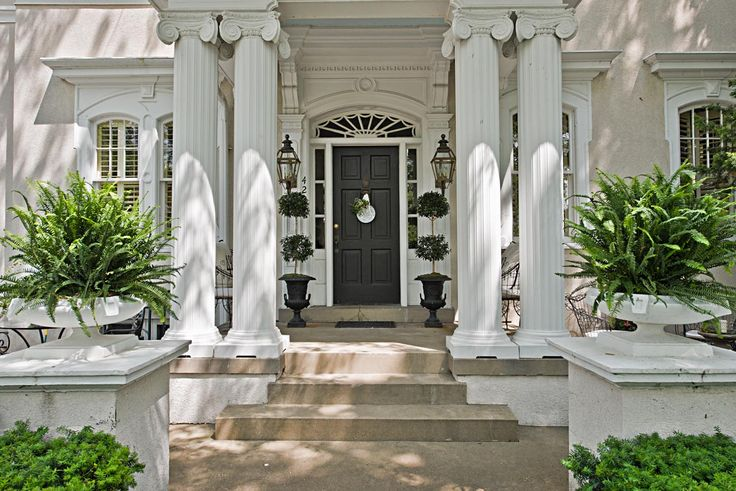 What a pretty entryway.  I love this formal look.