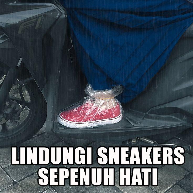 Apa pun akan kamu lakukan agar sneakers barumu terhindar dari kotoran. Hehehe... 😁 Ayo ngaku, siapa yang pernah kayak gini?