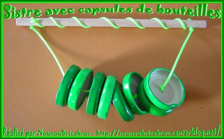 Muziekinstrument van doppen / avec des capsules de bouteilles